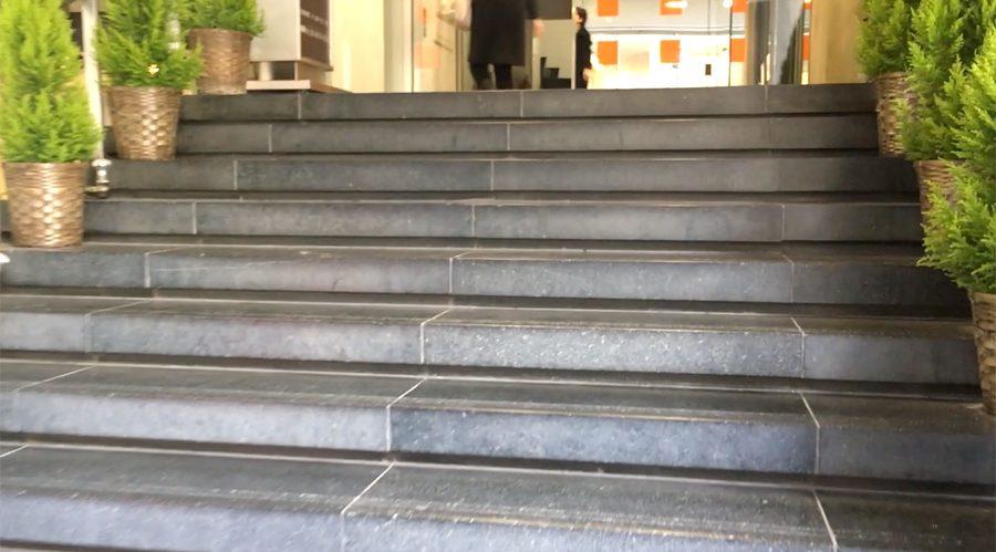 銀座みゆき通りデンタルクリニックの入居するダイアモンドビルの階段